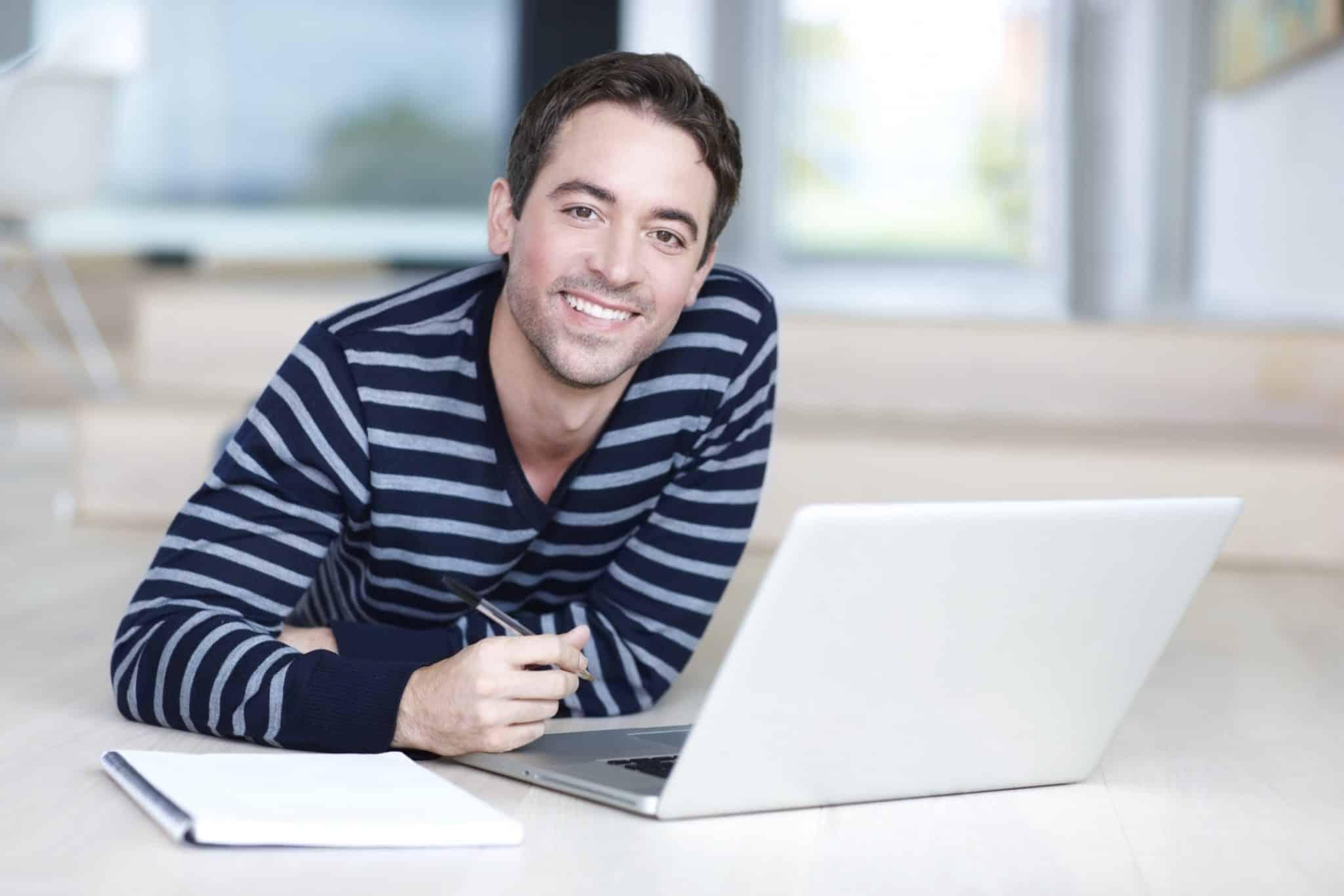 Homme heureux travaillant sur son plan directeur