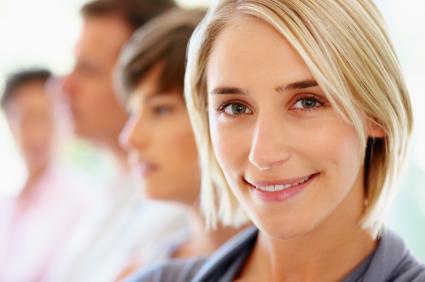 femme blonde avec des collègues qui donne des conseils