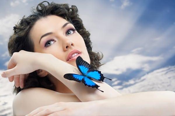 femme-avec-papillon_600x400