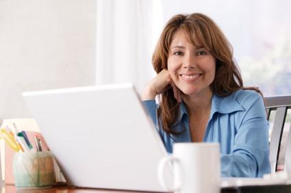 femme heureuse de son site web