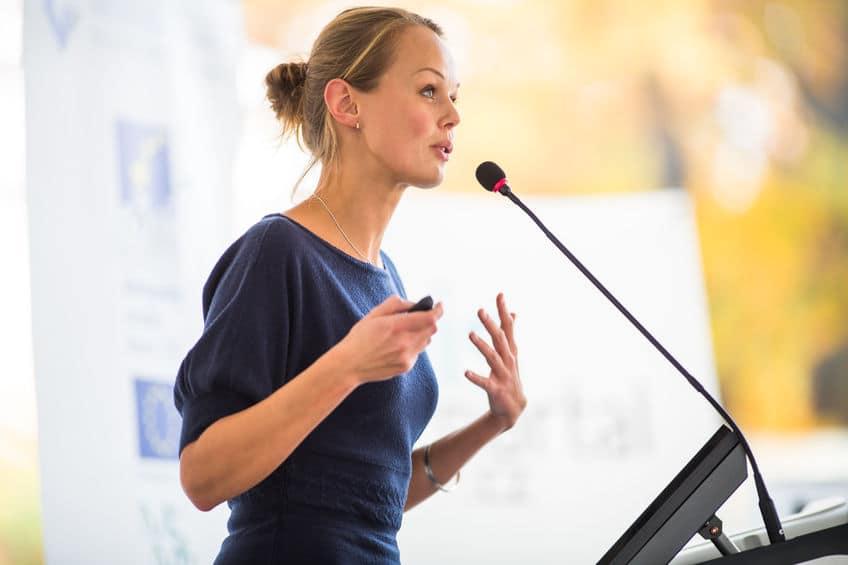 femme qui fait un discours