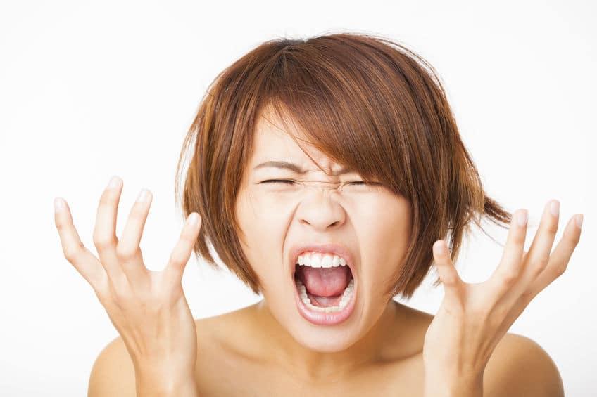 Femme découragée de ne pas vendre ses produits sur internet