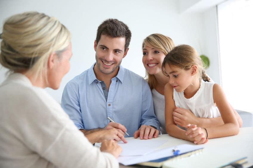 Agent d'immeuble qui vend à une famille de professionnels