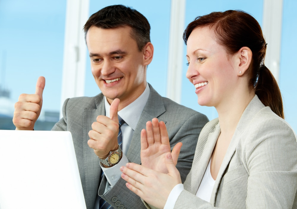 entrepreneurs réalisant leurs premières ventes en ligne