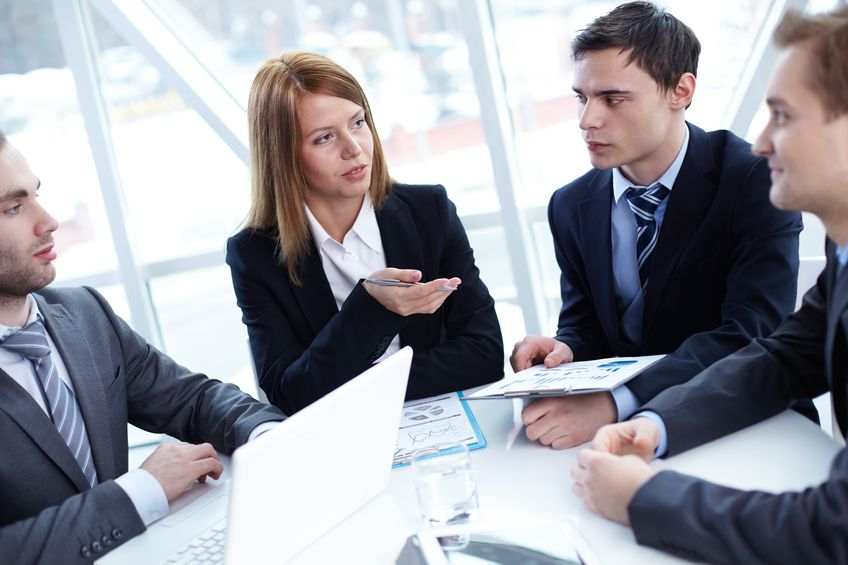 groupe de personnes travaillants en consultation
