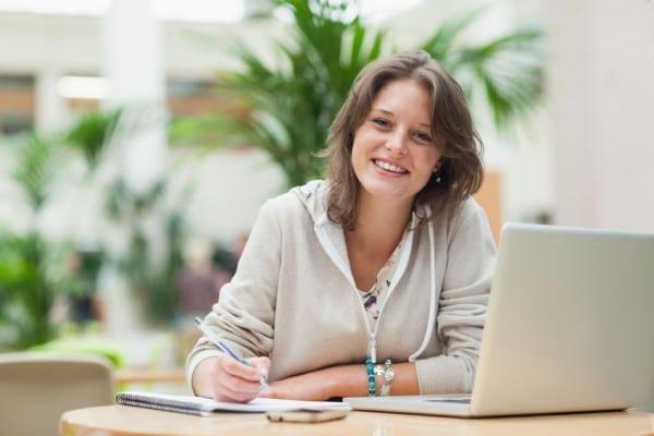 femme qui écrit un e-book