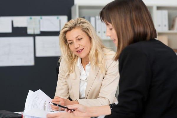 Deux femmes matures en discussion
