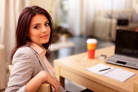 femme écrivant un e-book