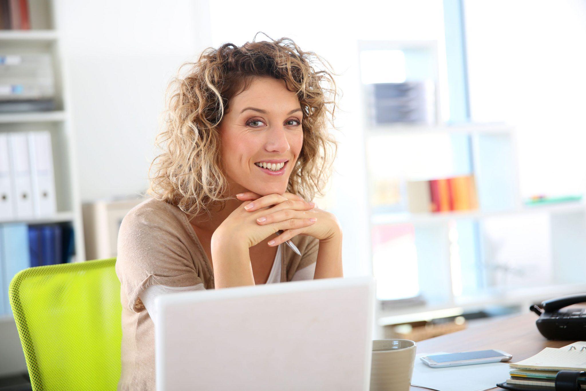 femme entrepreneure organisée et heureuse