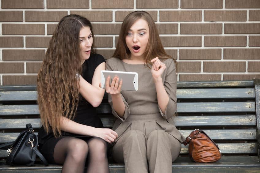 femmes surprises par leurs ventes en ligne