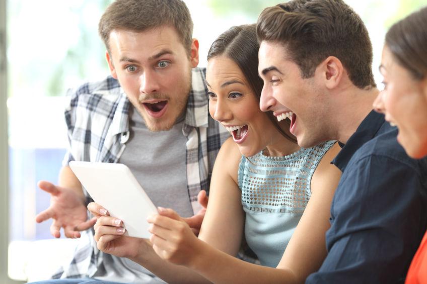 4 personnes qui regardent les résultats