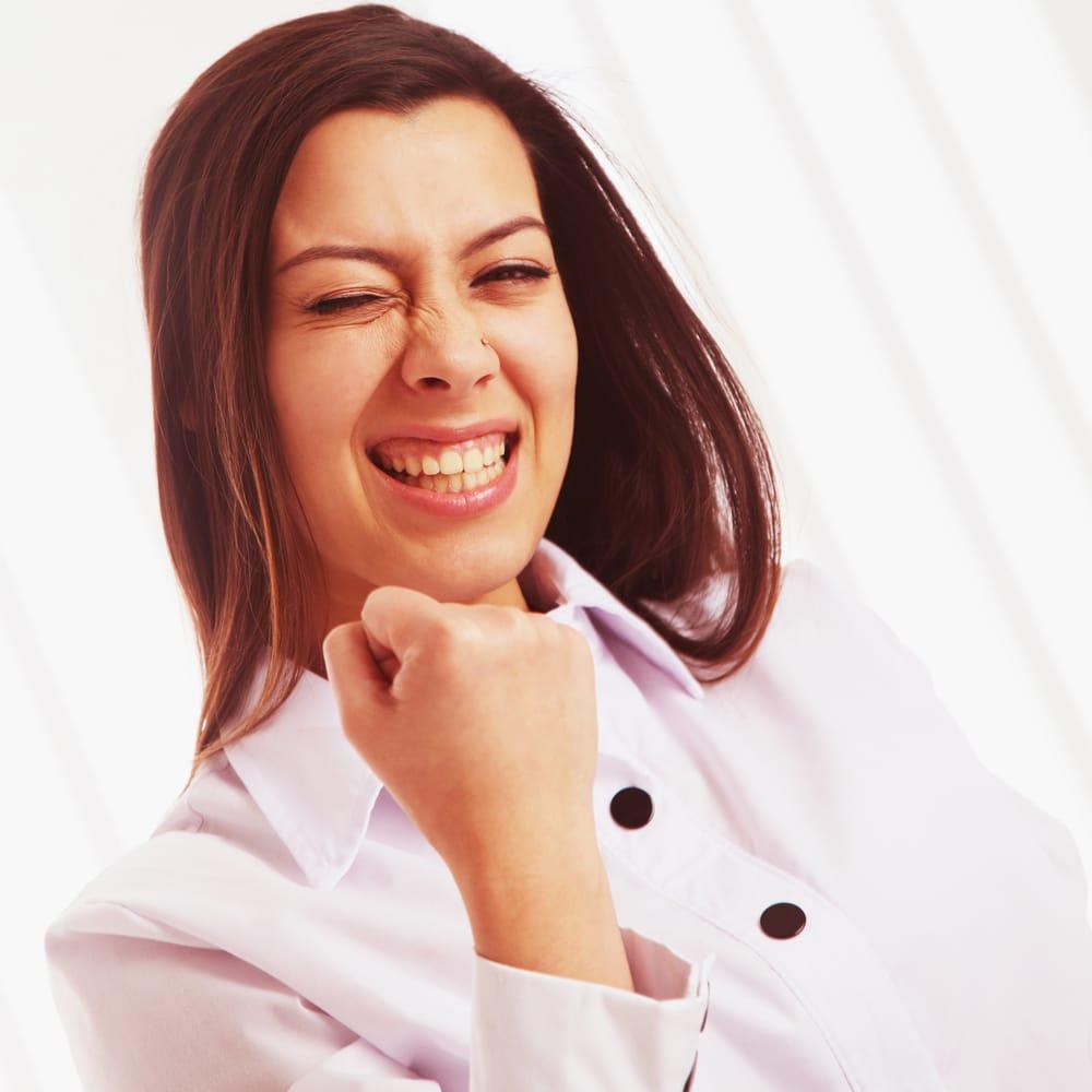 femme heureuse de gagner sa vie sur internet