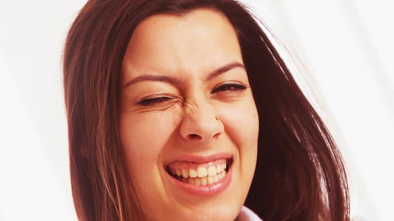 femme heureuse du lancement sur internet