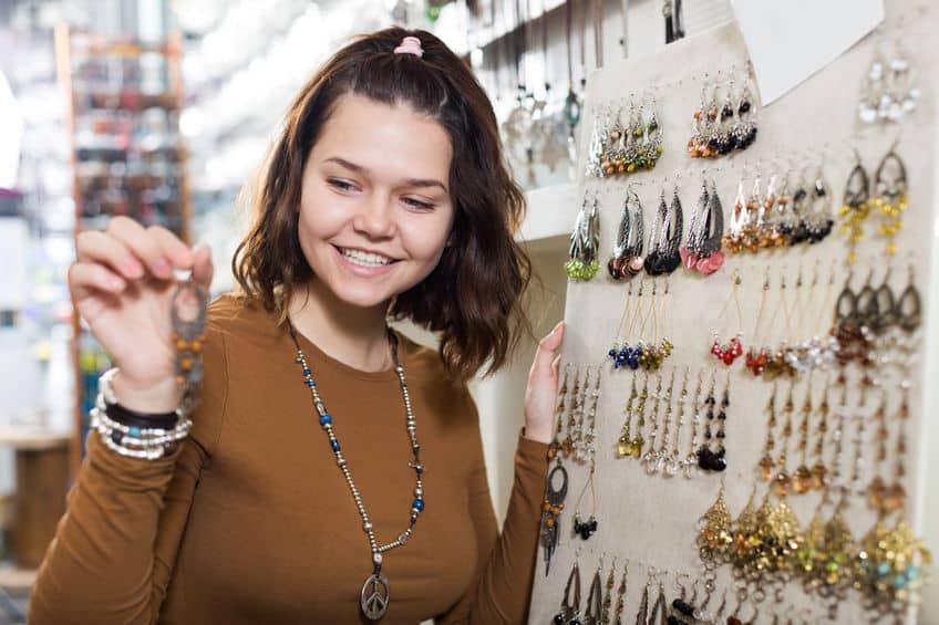 femme qui achète pour sa boutique