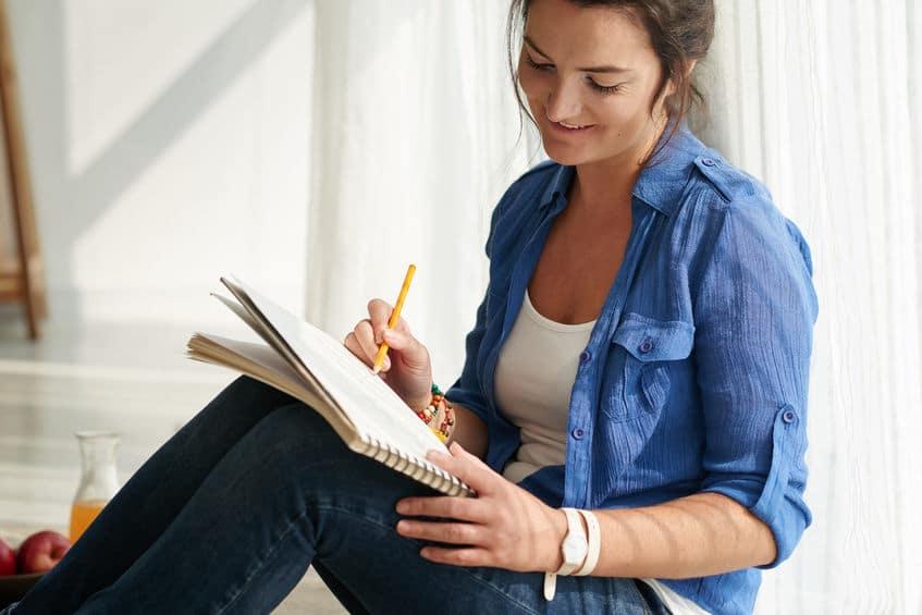Femme heureuse qui écrit son message publicitaire