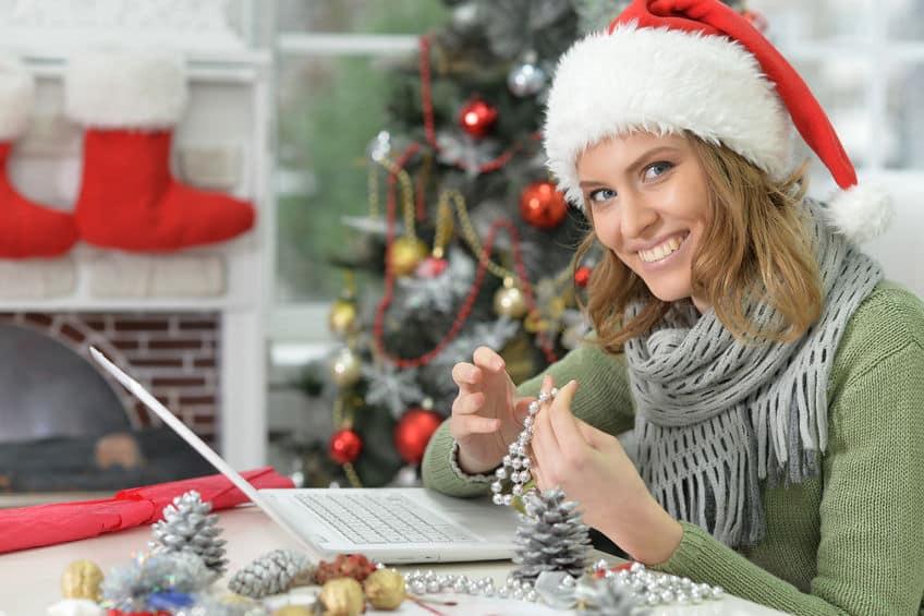 femme heureuse qui prépare Noël