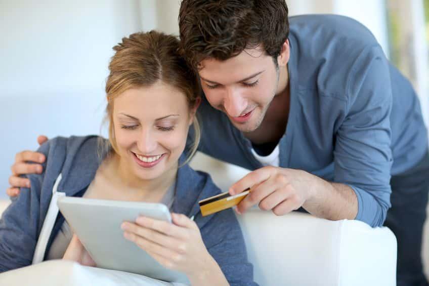 Couple qui achete en ligne